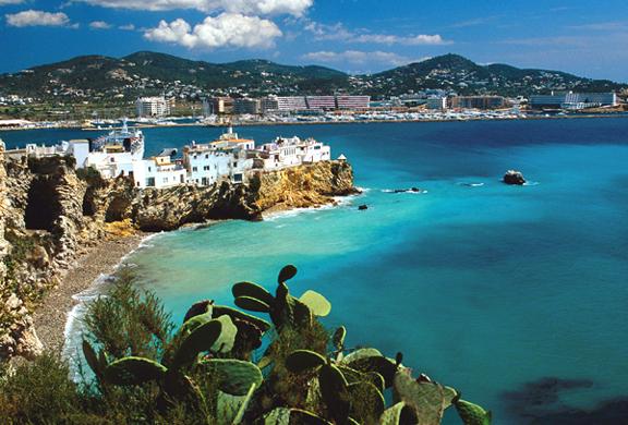 Ibiza, il fascino della natura e il divertimento della vita mondana